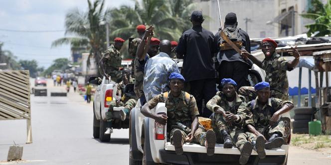 Des troupes d'Alassane Ouattara, peu après la chute de Laurent Gbagbo, en avril 2011 à Abidjan.