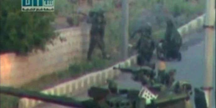 Sur cette image tirée d'une vidéo amateur, on voit des soldats prendre position à Deraa, le 25 avril 2011.