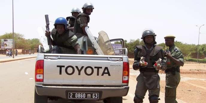 Des gendarmes se déploient à Ouagadougou, le 16 avril 2011.