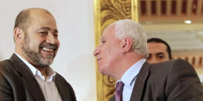 Azzam al-Ahmad  du Fatah et Mousa Abu Marzook, du Hamas, au Caire, le 27 avril 2011.