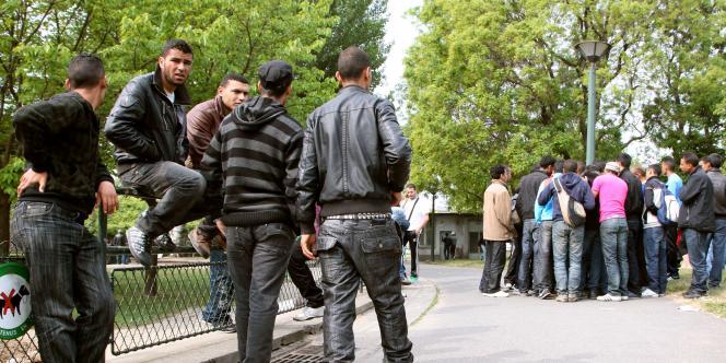 Des migrants tunisiens dans un parc parisien près de la porte de la Villette, à Paris, mercredi 27 avril.
