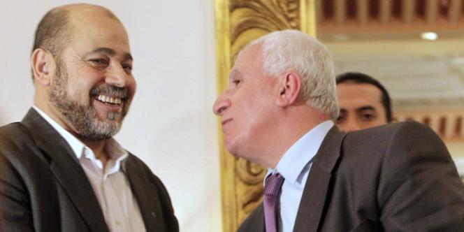 Azzam Al-Ahmad (à droite), à la tête du Fatah, et Moussa Abou Marzouk, membre du Hamas, lors d'une conférence de presse au Caire, le 27 avril 2011.