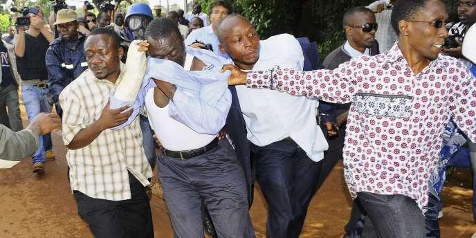 La police ougandaise a interpellé, pour la quatrième fois en moins d'un mois, le leader de l'opposition, Kizza Besigye, jeudi 28 avril.