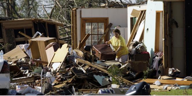 Les violentes tornades et inondations qui balayent depuis plusieurs jours le sud des Etats-Unis ont fait au moins 315 morts selon un dernier bilan, jeudi.