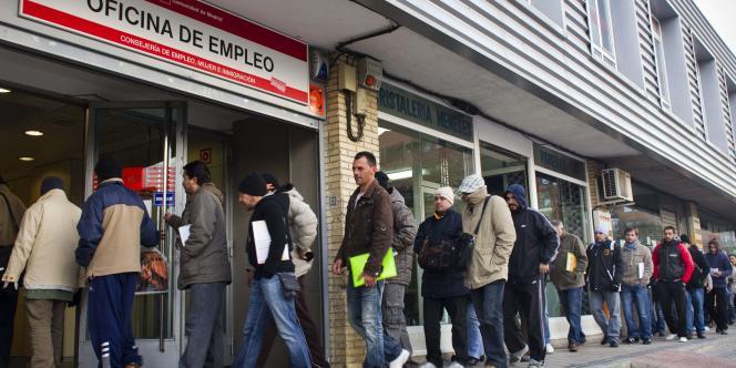 Des Madrilènes font la queue devant centre pour l'emploi, en décembre 2010.