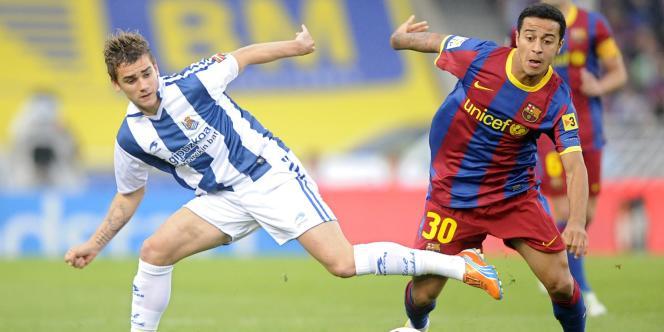 Le Français Antoine Griezmann de la Real Sociedad aux prises avec le Barcelonais Thiago Alcantara, à San Sebastian, en avril 2011.