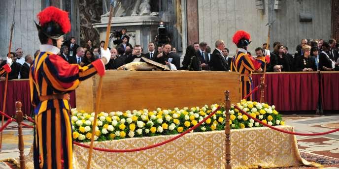 Gardes suisses devant le cercueil de Jean-Paul II, dans la Basilique Saint-Pierre de Rome, le 1er mai 2011.