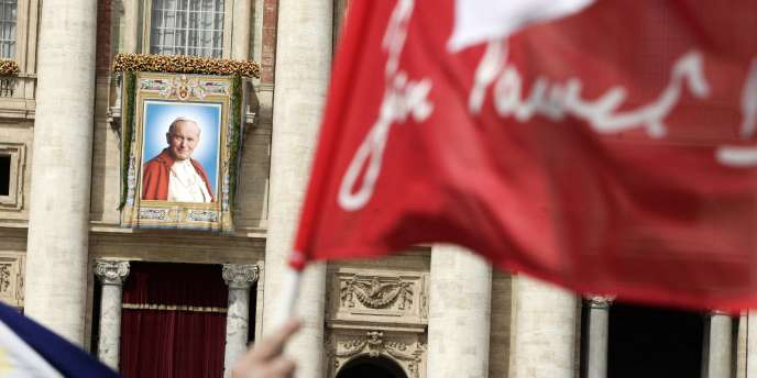 Portrait géant de Jean-Paul II au Vatican, le 1er mai 2011.