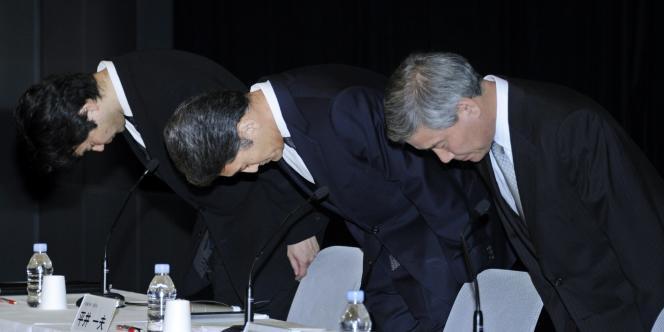 La direction de Sony Computer Entertainment  présentant ses excuses après le piratage du réseau PlayStation Network, le 1er mai.