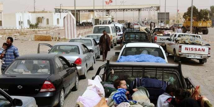 Des réfugiés libyens au poste frontière de Dehiba, le 30 avril 2011.