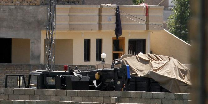 Des véhicules garés, ce lundi 2 mai, devant une maison du quartier d'Abbottabad, au Pakistan, où se cachait Oussama Ben Laden.