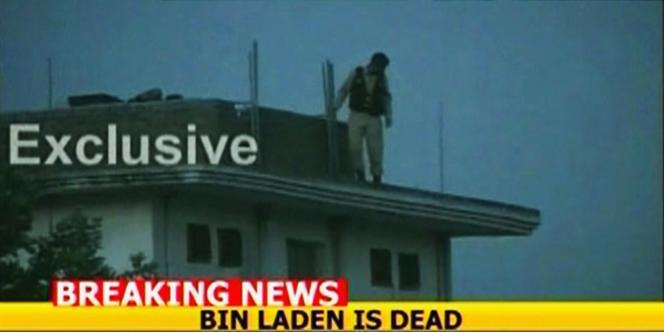 Un militaire pakistanais sur l'un des bâtiments de la résidence d'Oussama Ben Laden, à Abbottabad, le 2 mai, après le raid américain.