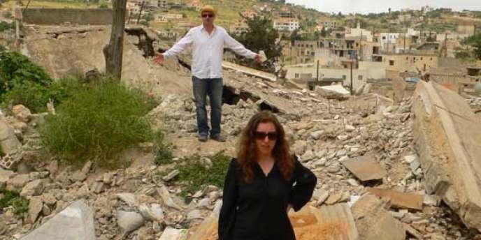 Le couple de plasticiens-cinéastes, Khalil Joreige et Joana Hadjithomas, sur le tournage de leur film,