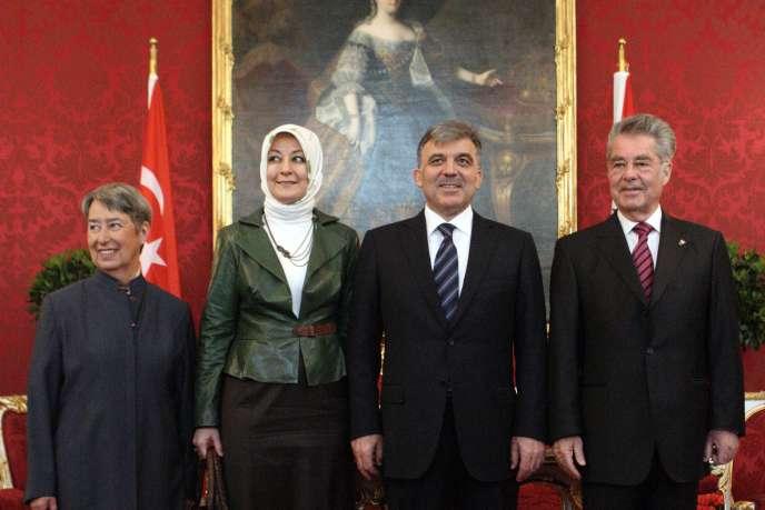 Le président turc, Abdullah Gül  (au centre), son épouse Hayrunnisa, et le président autrichien Heinz Fischer et son épouse Margit (à gauche), à Vienne, le 2 mai.