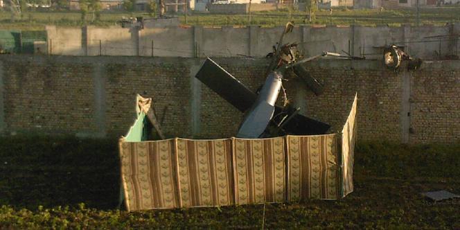 Cette photo prise par un riverain montre l'épave d'un hélicoptère près de la résidence où Oussama Ben Laden a été tué.