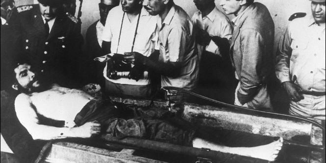 Des militaires boliviens présentent le 10 octobre 1967 à Vallegrande à la presse internationale le corps d'Ernesto