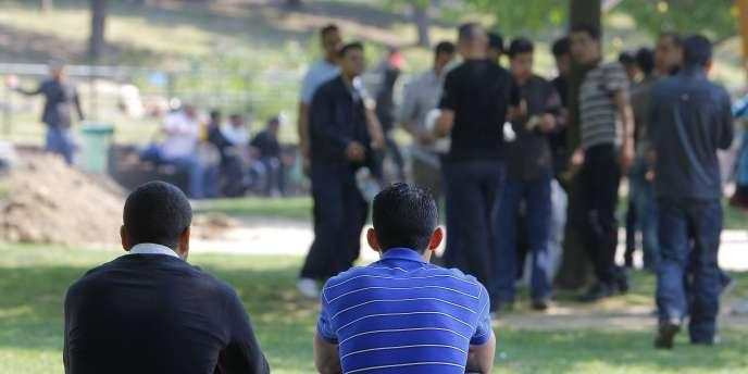 Des migrants tunisiens à Paris, le 26 avril.