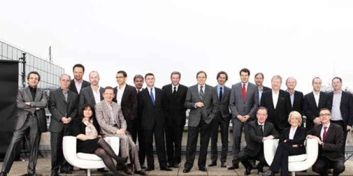 Nonce Paolini (au centre) nomme Jean-François Lancelier (dernier debout à droite) directeur de l'antenne et des programmes de TF1, à la place de Laurent Storch (dernier à gauche).