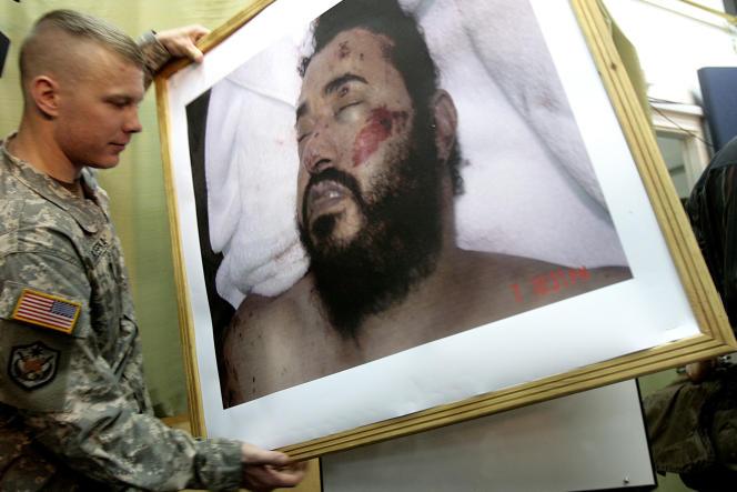 Un soldat américain installe une photo du cadavre du chef d'Al-Qaida en Irak, Abou Moussab Al-Zarkaoui, tué dans un raid américain en 2006, à Bagdad.