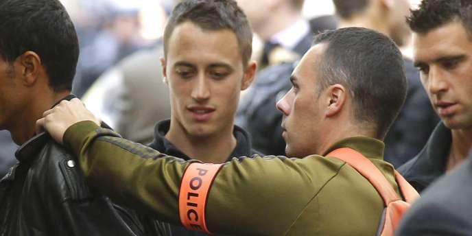 Un migrant tunisien est arrêté par la police après l'évacuation d'un squat à Paris, le 4 mai 2011.
