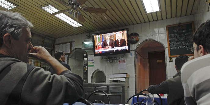 A Lisbonne, l'annonce à la télévision par le premier ministre, José Socrates, du plan de sauvetage portugais.
