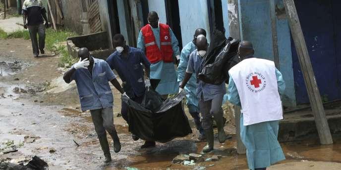 Une équipe de la Croix-Rouge ivoirienne a découvert des dizaines de cadavres, criblés de balles ou calcinés et réduits à l'état de squelettes, jonchaient des rues du quartier de Yopougon, en mai 2011.