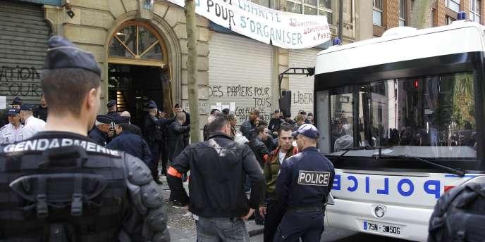Une journaliste de TF1 a été victime d'une remarque raciste d'un CRS en marge d'une opération d'évacuation d'un immeuble occupé rue Bolivar à Paris.