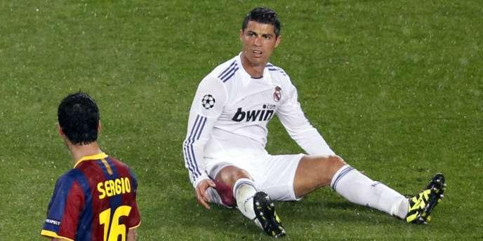 Cristiano Ronaldo à terre devant Sergio Busquets, le 3 mai à Barcelone.