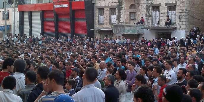 Manifestation contre le régime du président syrien Bachar Al-Assad à Baniyas, le 4 mai.