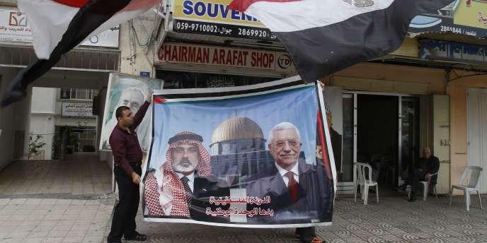 Le président palestinien, Mahmoud Abbas, à la tête du Fatah, et le chef du bureau politique du Hamas, Khaled Mechaal, doivent parachever mercredi, lors d'une cérémonie au Caire, un accord de réconciliation signé la veille.