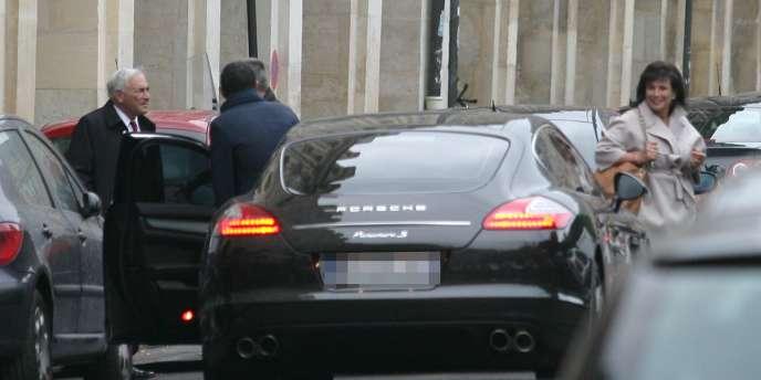 Photo de Dominique Strauss-Kahn et Anne Sinclair, à Paris, 28 avril 2011, devant une Porsche, publiée par l'AFP, sans signature.