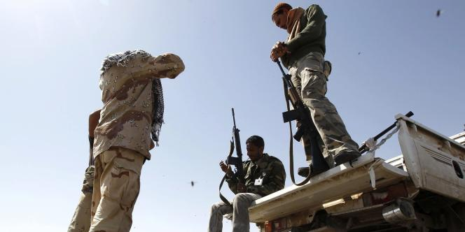 Combattants rebelles à l'entrée d'Ajdabiyah en Libye, jeudi 14 avril.