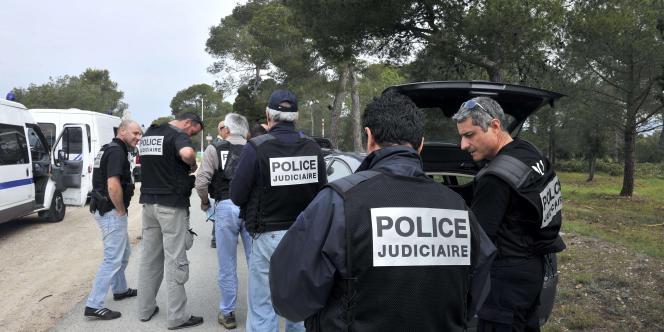 Des policiers participent aux recherches de  Xavier Dupont de Ligonnès, à Roquebrune-sur-Argens, le 29 avril 2011.