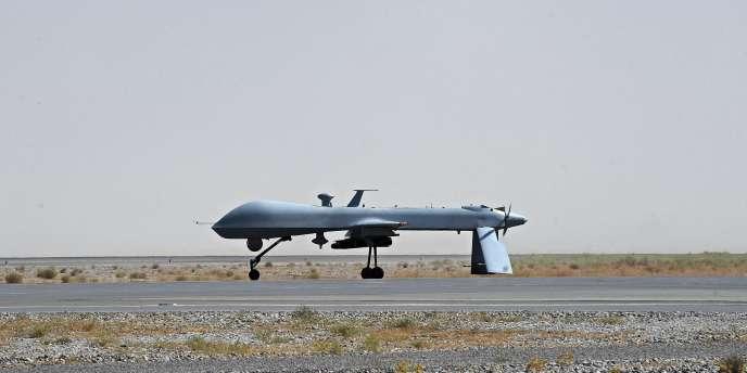 Un drone américain Predator équipé d'un missile sur une base en Afghanistan, en juin 2010.