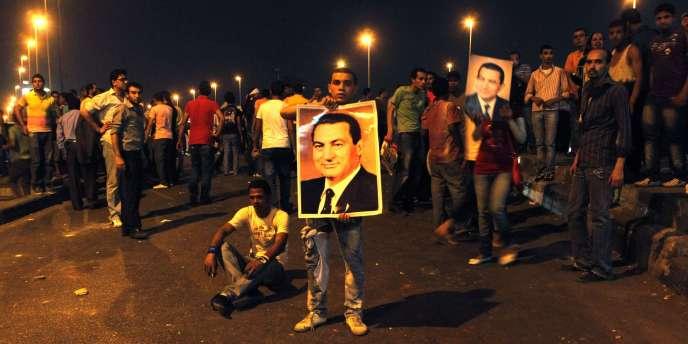 Des centaines de partisans de Moubarak s'étaient rassemblés à l'extérieur de l'immeuble de la télévision publique dans le centre-ville à l'occasion du 83e anniversaire de Hosni Moubarak mercredi.