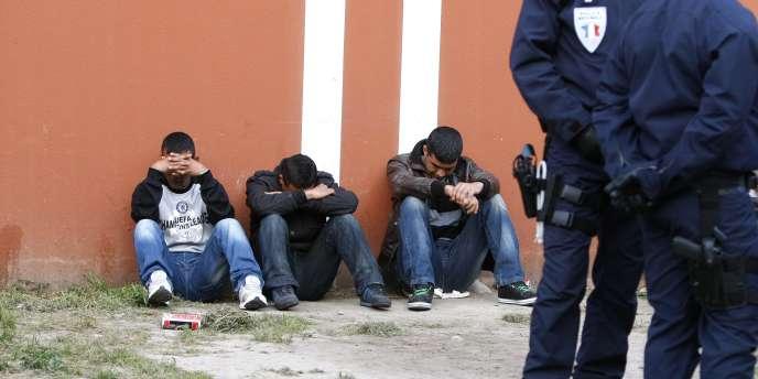 Des Tunisiens sont retenus par la police dans un foyer pour travailleurs, à Nice.