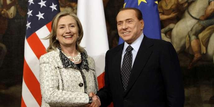 La secrétaire d'Etat américaine Hillary Clinton et le président du Conseil italien Silvio Berlusconi à Rome, le 5 mai 2011.