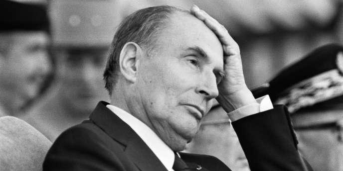 Le président de la République François Mitterrand lors d'une visite de la base militaire d'Etain (Meuse), le 14 juillet 1986.