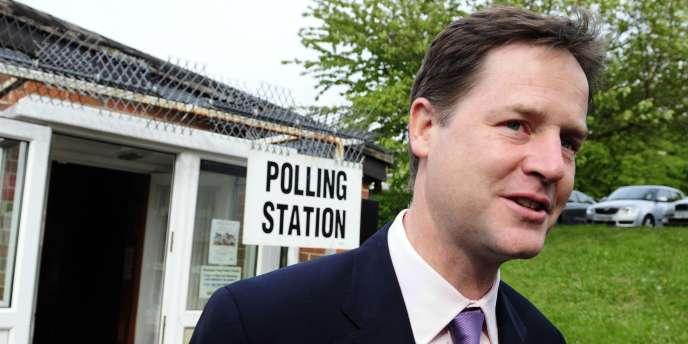 Nick Clegg sort d'un bureau de vote, jeudi 5 mai.