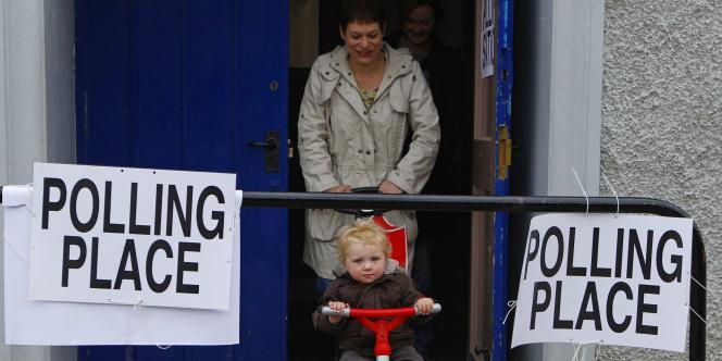 A la sortie d'un bureau de vote à Invenurie, en Ecosse, le 5 mai.