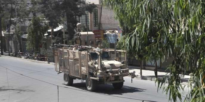 Un véhicule de l'OTAN dans une rue de Kandahar, peu après la série d'attaques.