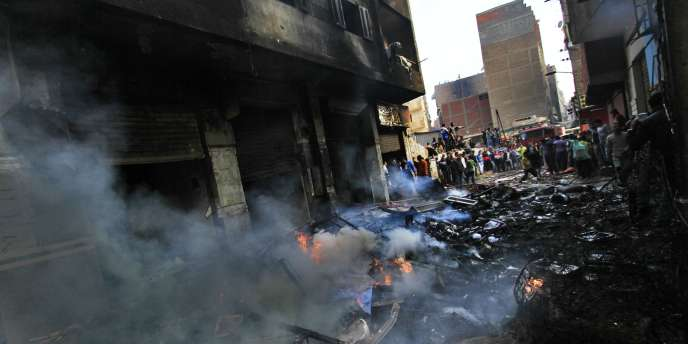 Les restes d'un bâtiment copte brûlé la veille au Caire, dimanche 8 mai.