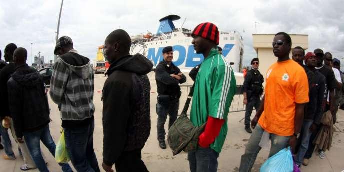Des réfugiés ayant quitté la Libye et la Tunisie, à Lampedusa, en Italie, en mai 2011.