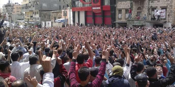 Des manifestants se rassemblent à Baniyas, vendredi 6 mai. Depuis,