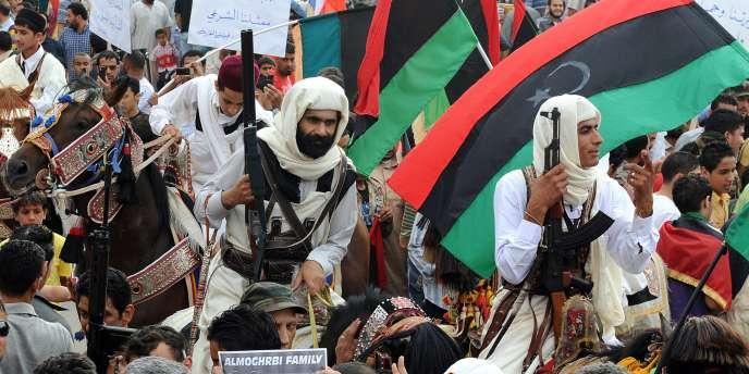 Des hommes en tenue traditionnelle tribale prêtent allégeance à la rébellion libyenne à Benghazi.