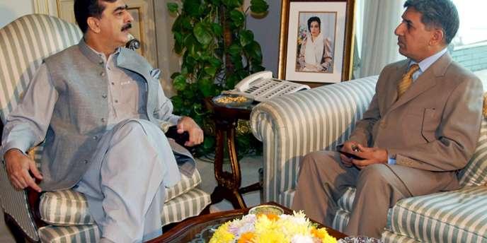 Le premier ministre pakistanais, Youssouf Raza Gilani (à gauche), s'entretient avec le patron de l'ISI, le lieutenant-général Ahmed Shuja Pasha, le 5 décembre 2008, à Islamabad.