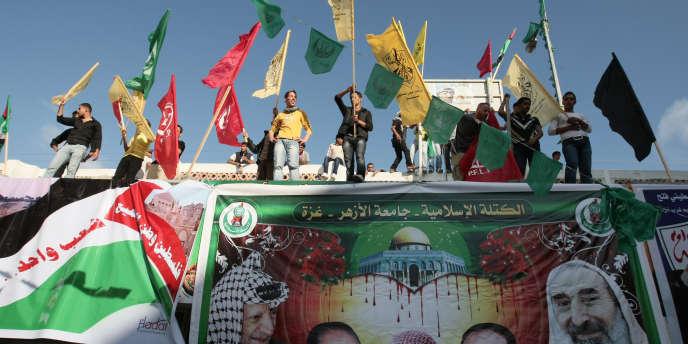 Des étudiants palestiniens agitent les drapeaux du Hamas et du Fatah, le 8 mai, à l'université Al-Azhar, à Gaza.