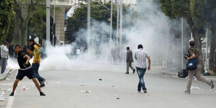 Un journaliste au milieu des manifestations et des gaz lacrymogènes, dimanche 8 mai à Tunis.