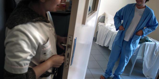 Une infirmière ferme à clé la porte d'un patient en chambre d'isolement à l'hôpital psychiatrique Saint-Jean de Dieu à Lyon.