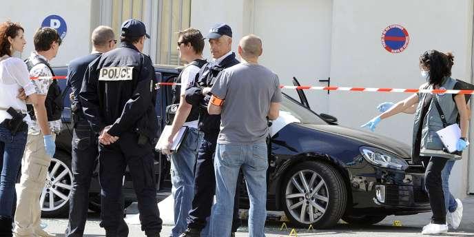 Les enquêteurs examinent le véhicule criblé de balle en plein Marseille.